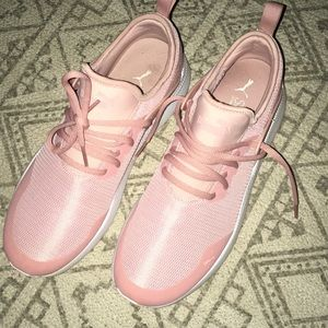 Woman's pumas pink size 9.5